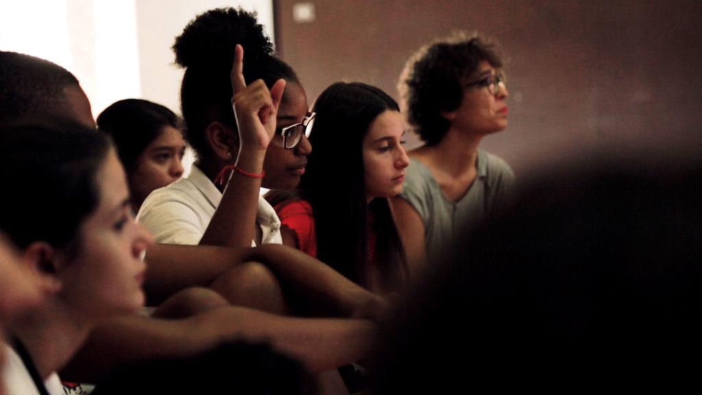 participante racializada pidiendo palabra en Generación Global